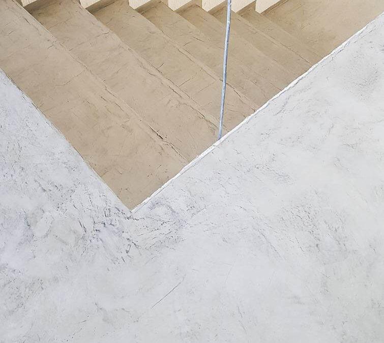 Gyvenomojo namo bendro naudojimo patalpų grindų ir laiptų padengimas plonasluoksne, dekoratyvine danga ir apsauga nuo dėmėtumo