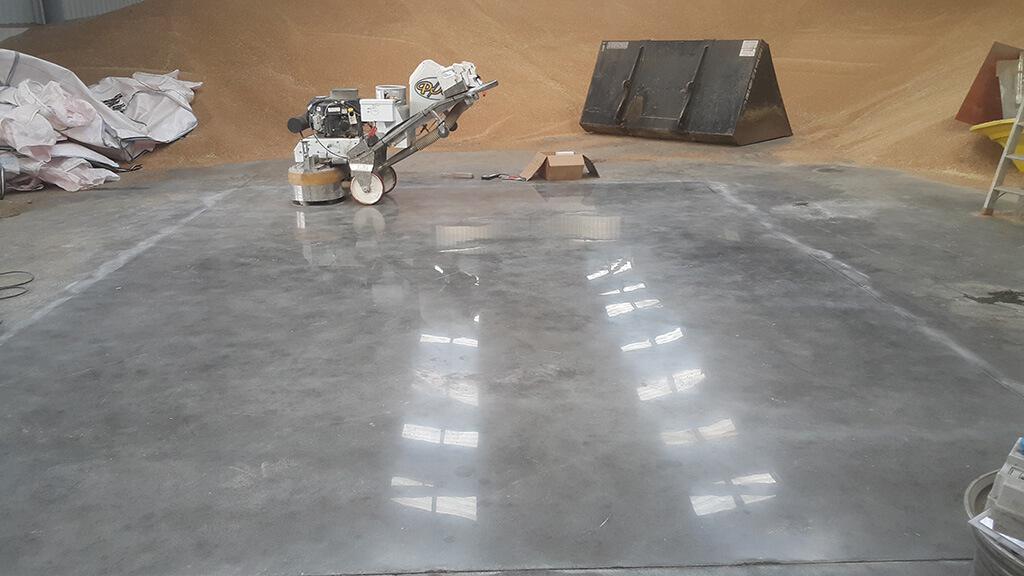 Žemės ūkio sandėlio betoninių grindų apsauga nuo dulkėtumo bei dilimo