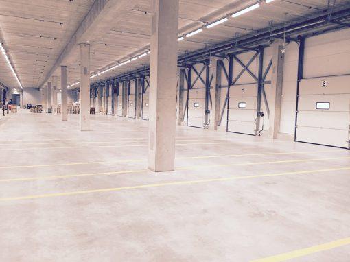Prekybinių bei sandėliavimo patalpų betoninių grindų paviršiaus dulkėtumo pašalinimas, impregnavimas bei įgeriamumo sumažinimas