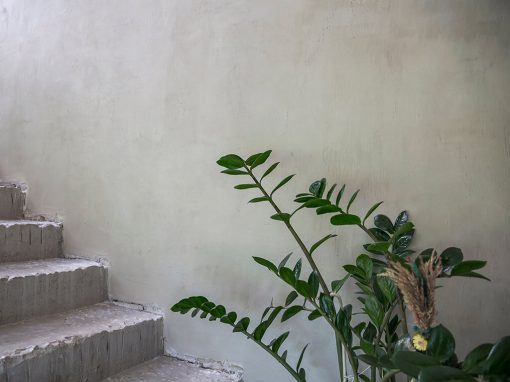 Privataus namo sienų padengimas plonasluoksne, greitai kietėjančia, dekoratyvine danga – betono imitacija