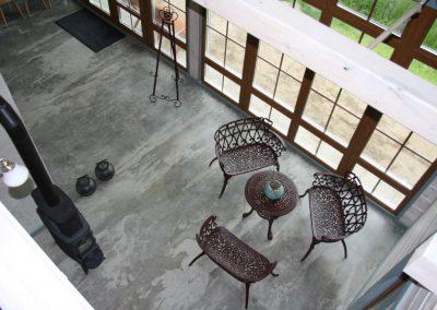 Kietėjančio betono priežiūra su SINAK S-102™, apsauga nuo dėmių su SINAK HLQ-125™